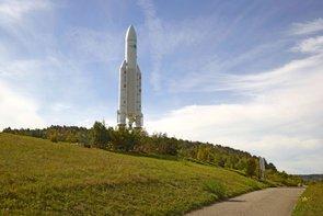 Ein maßstabgetreues Modell einer Ariane-5-Rakete am Ortseingang von Hardheim