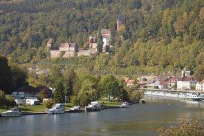 Das Neckartal bei Zwingenberg mit dem imposanten Schloss im Hintergrund