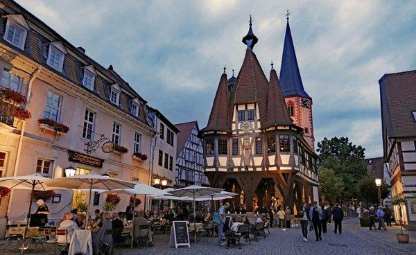 Besonders berühmt ist das spätgotische Fachwerk-Rathaus von 1484, das den Marktplatz von Michelstadt zu einem der schönsten in ganz Deutschland macht.