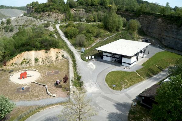 Blick auf das Gelände vor der Höhle mit Besucherzentrum der Eberstadter Höhlenwelten