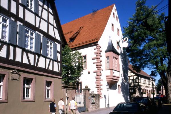"""Das Bezirksmuseum Buchen ist untergebracht in zwei Gebäuden der ehemaligen kurmainzischen Amtskellerei, dem """"Steinernen Bau"""" (1493) und dem """"Trunzerhaus""""."""