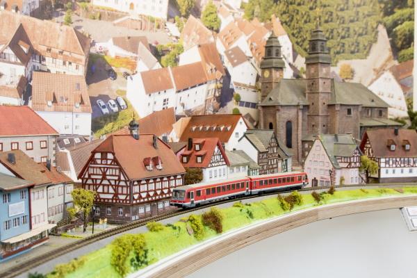 Die Madonnenlandbahn in ihren verschiedenen Stadien vom Bau bis in die Gegenwart.