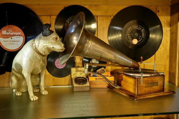 Neben verschiedensten weiteren Turmuhren aus dem 17. bis 20. Jahrhundert kann man in den Zeit(T)räumen vieles zur Geschichte der mechanischen Musikinstrumente und der zugehörigen Tonträger sehen und auch live erleben – von Spieluhren über Phonograph
