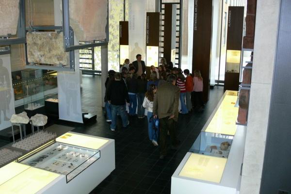 Im Erdgeschoss des Römermuseums wird die Lebensweise der Menschen beiderseits der Grenze vorgestellt, ein Limes teilt die Ausstellung in einen römischen und einen germanischen Teil.