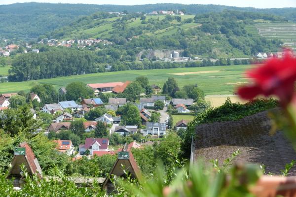 Ausblick von Burg Guttenberg auf den gegenüberliegenden Michaelsberg