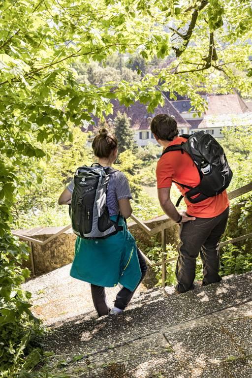 Wanderer mit Blick auf Schloss Heinsheim